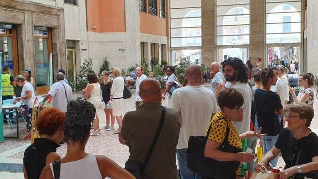 Imola, la fila al Centro cittadino per ritirare il kit della differenziata (Isolapress)