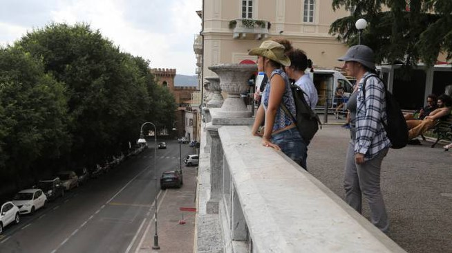 Il muro da dove è caduto il ragazzo di Orbetello nel centro storico di Perugia