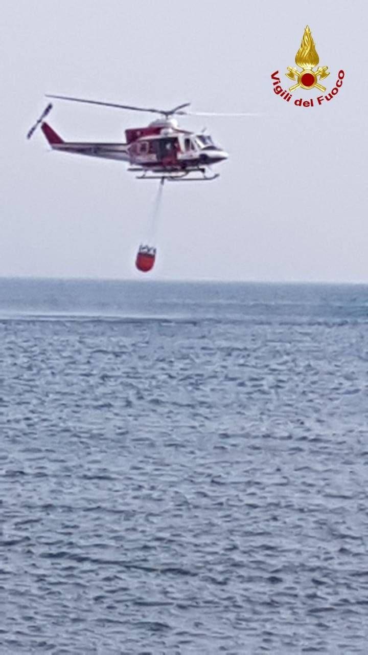 Incendio Catania, inferno in spiaggia, gente in mare. Brucia mezza Sicilia  - Cronaca - quotidiano.net