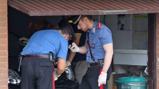 Rilievi dei carabinieri nel garage (De Pascale)