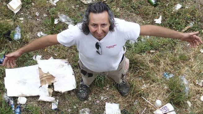 Alessandro Bottari nel suo terreno invaso dai rifiuti