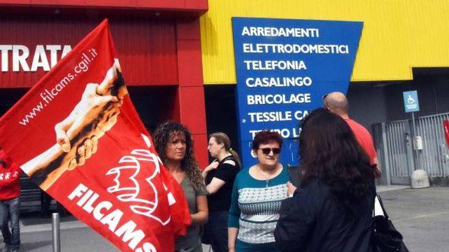 Proteste davanti alla sede della Mercatone Uno