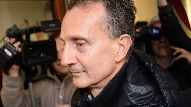 Antonio Logli lascia il tribunale di Pisa con i suoi avvocati, 6 marzo 2015. ANSA/FRANCO SILVI