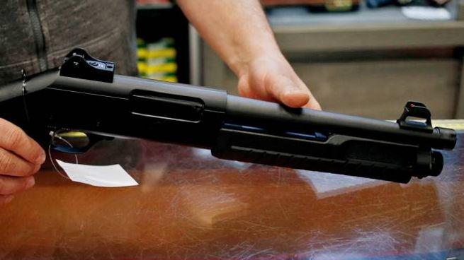 Spara alla moglie col fucile (foto LaPresse)
