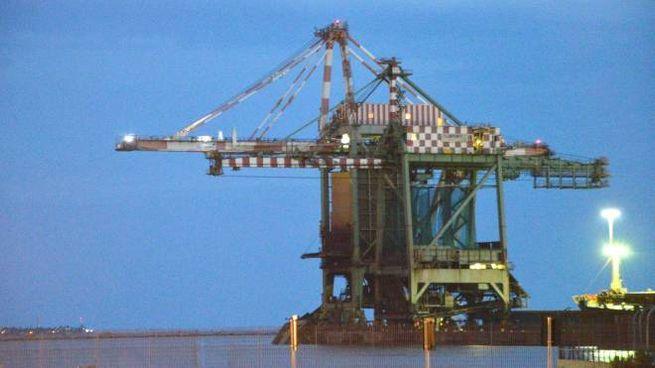 La gru della Arcelor Mittal spezzatasi durante la tromba d'aria (Ansa)