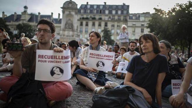 Saint-Sulpice a Parigi, veglia di preghiera per Lambert (Ansa)