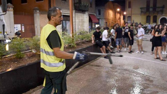 Uno scatto che ritrae un operatore intento a ripulire la nuova piazza della movida ferrarese