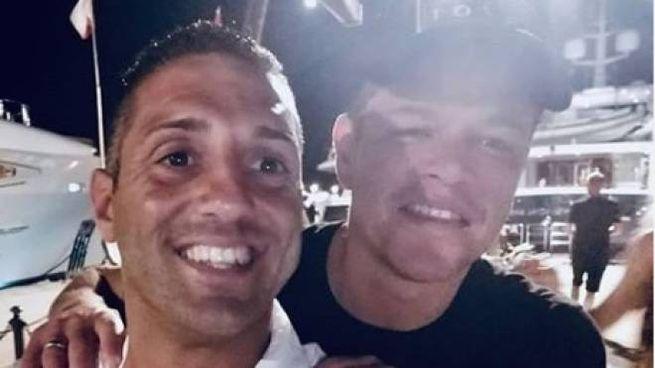Matt Damon abbraccia un fan all'isola d'Elba (pagina Instagram Cosimo Laveglia)