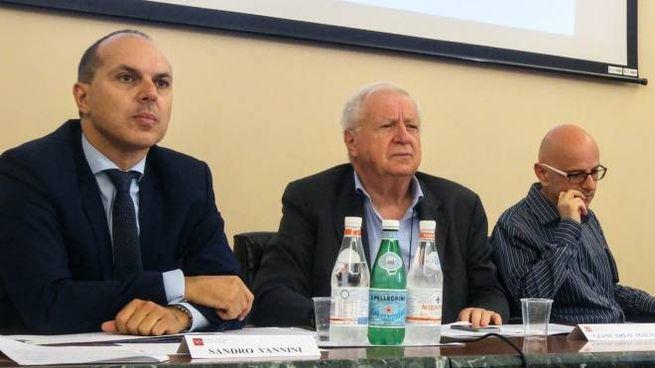 A sinistra Sandro Vannini, difensore civico, durante la presentazione