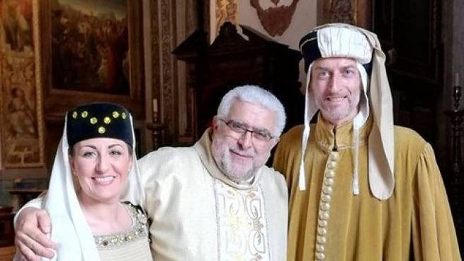 Don Giovanni Mosciatti saluta alcuni figuranti all'ultimo palio di Fabriano