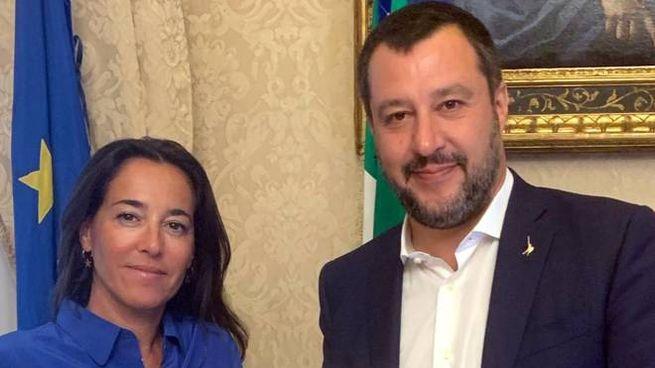 Licia Ronzulli consegna a Matteo Salvini il testo del ddl