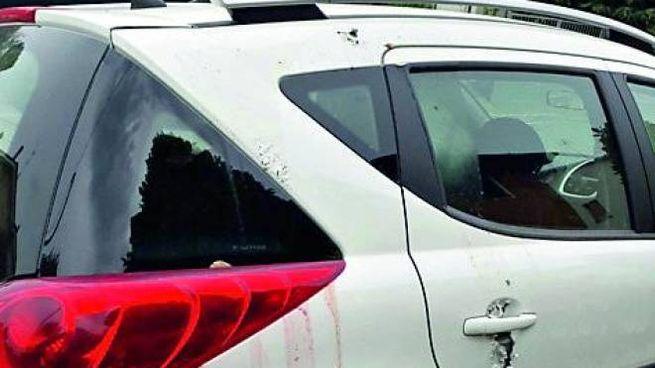 L'auto danneggiata dall'acido