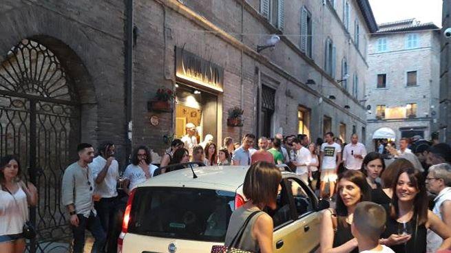 Urbino via Bramante durante l'ora dell'aperitivo