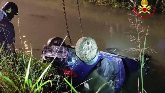 Incidente a Jesolo, l'auto recuperata dai pompieri (foto Twitter @emergenzavvf)