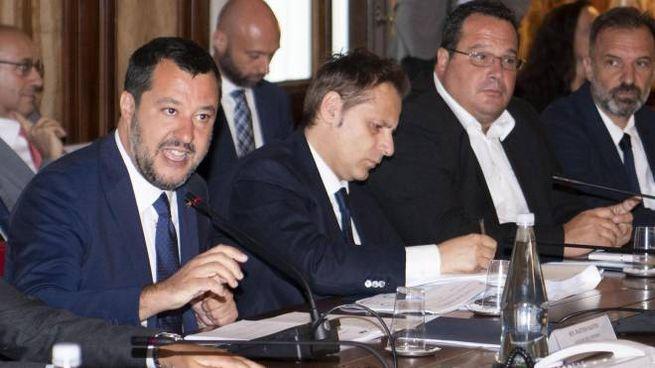 Matteo Salvini, affiancato da Armando Siri, al tavolo con la parti sociali (Ansa)