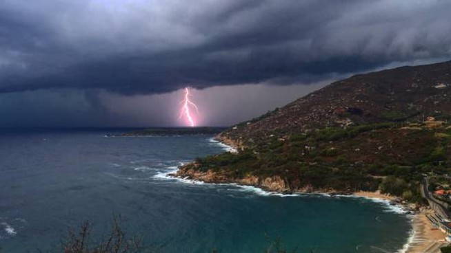 Fulmini sull'Elba nella giornata di mercoledì 15 luglio (Foto Fabio Baldi)