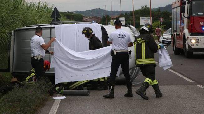 La Municipale mentre effettua i rilievi e copre il cadavere dell'uomo morto nello schianto