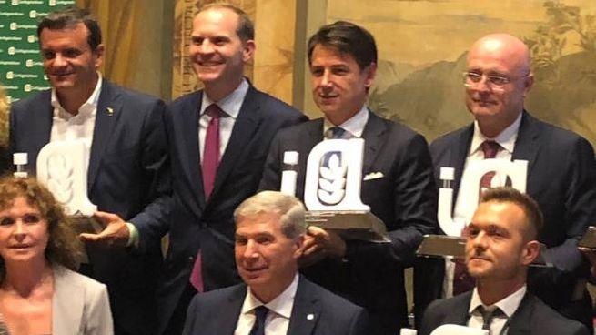 Il premier Giuseppe Conte insieme ai vincitori