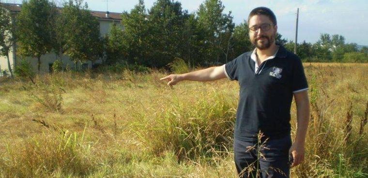 Il consigliere Paolo Negro indica l'area dove. dovrebbe nascere la centrale a biomasse.