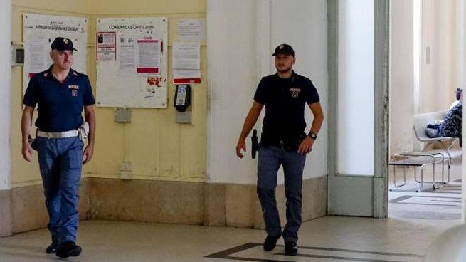 La polizia all'ospedale Cardarelli di Napoli (Ansa)