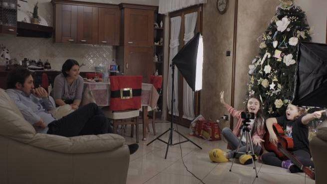 Marghe e Giulia girano video in cucina con i genitori (still frame Sky NowTv)
