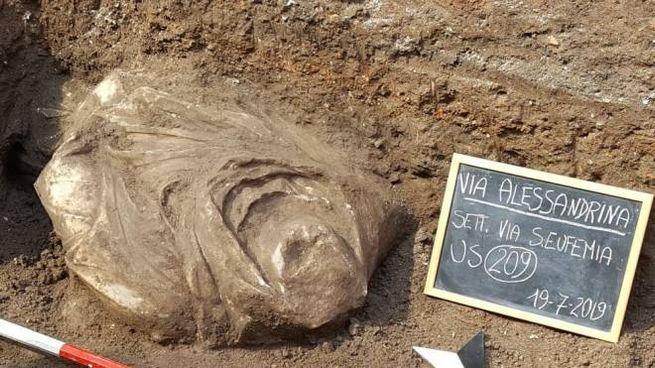Un busto trovato negli scavi di via Alessandrina (Facebook)