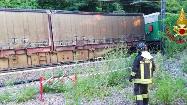 Castelveccana, auto sui binari: travolta da treno merci
