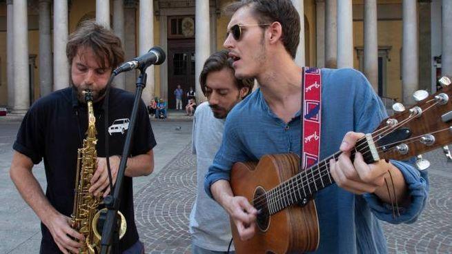 Giovani artisti di strada suonano la loro musica a Milano