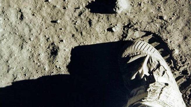 Edwin 'Buzz' Aldrin calpesta il suolo lunare (Ansa)