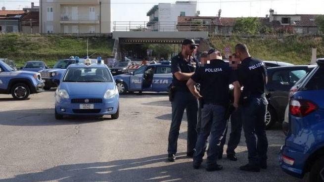 Le Volanti ieri al Lido, diverse pattuglie arrivate per bloccare i rom
