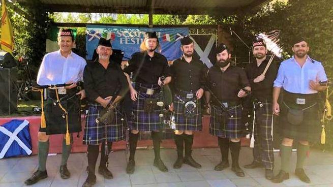Il gruppo di musicisti che animano lo Stadomelli Scottish Festival