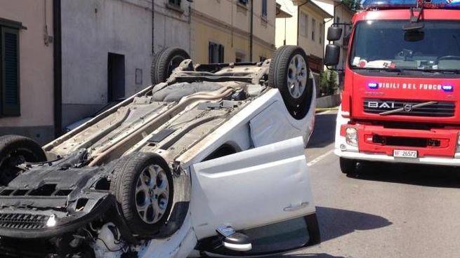 L'auto ribaltata dopo l'incidente a La Rotta di Pontedera