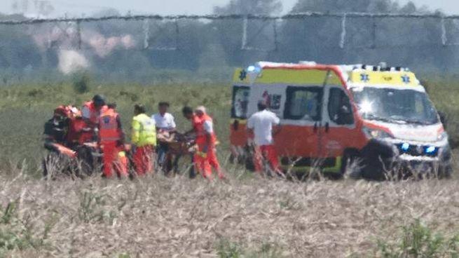 Ravenna, incidente in fase di atterraggio, paura per un paracadutista (foto Corelli)