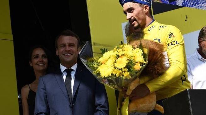 Julian Alaphilippe e il presidente francese Emmanuel Macron (Lapresse)