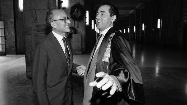 Borrelli e Di Pietro nel palazzo di giustizia di Milano (Fotogramma)