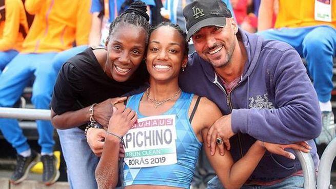 Larissa Yapichino con mamma Fiona e papà Gianni (Ansa)