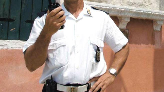 Un agente della polizia locale a Venezia (Ansa)