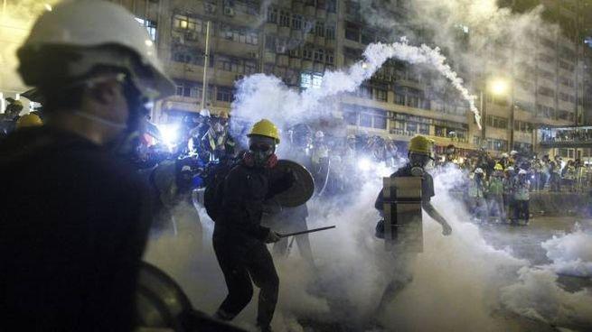 Lancio di lacrimogeni e proiettili di gomma contro i manifestanti a Hong Kong (Ansa)