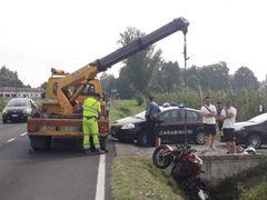 I rilievi dell'incidente e il recupero della moto. A destra, la vittima Lorenzo Rossi.