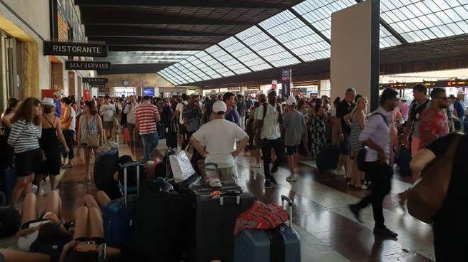 Caos alla stazione di Firenze dopo l'incendio doloso a una cabina AV (Dire)
