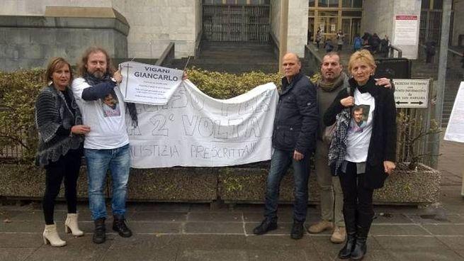 Milena Vigani alle recenti udienze  si è presentata  in Tribunale con i fratelli  Nadia e Marco:  «Ma non siamo nemmeno potuti  andare  oltre il cancello» (Studionord)