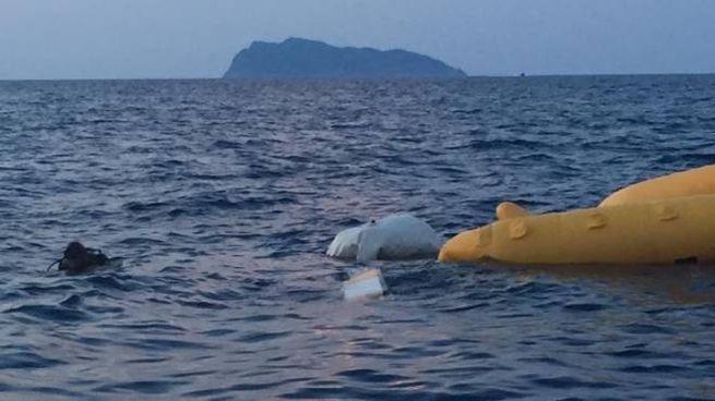 L'elicottero ultraleggero caduto alla Gorgona (foto vigili del fuoco)