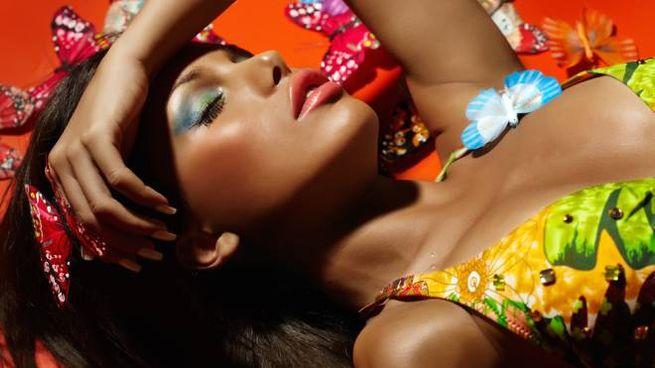 Gli illuminanti per viso e corpo esaltano l'incarnato in estate
