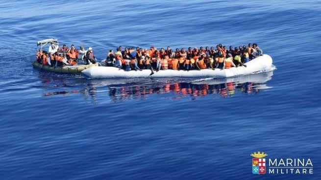 Un barcone con a bordo dei migranti nel Mediterraneo