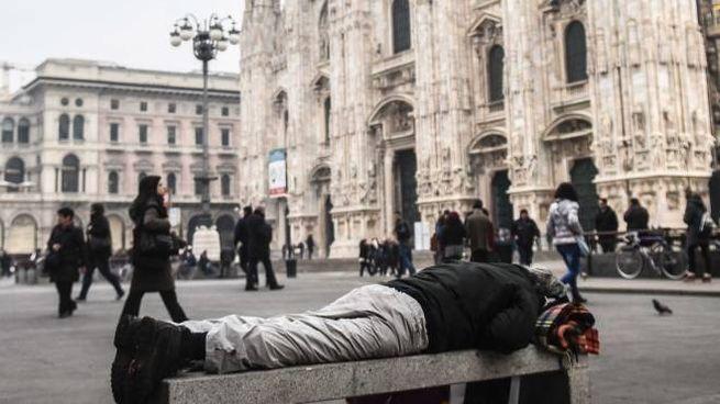 Mendicante in piazza Duomo