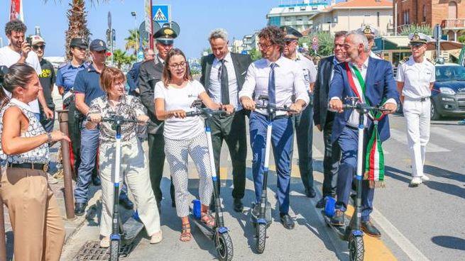 Anche il ministro Toninelli prova il monopattino elettrico a Cattolica (Foto Bove)