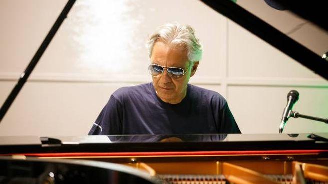 Andrea Bocelli al piano, recital privato in villa a Forte dei Marmi