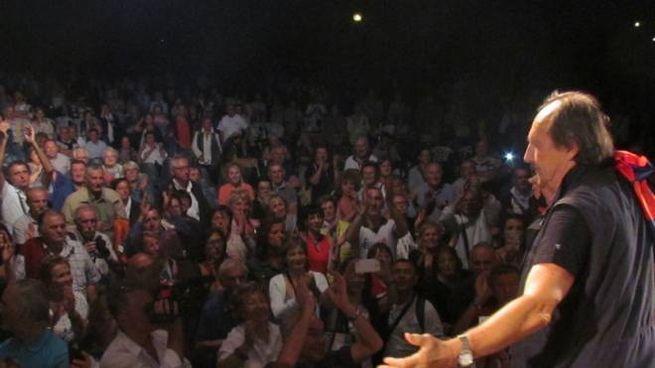 Sul palco Andrea Mingardi, ospite affezionato della manifestazione 'Agosto con noi'