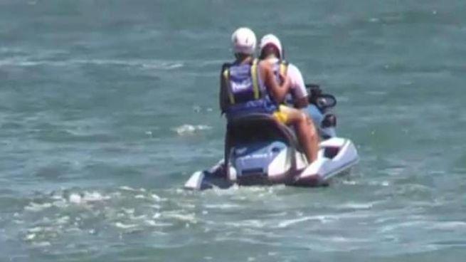 Il figlio di Salvini sulla moto d'acqua della polizia (Ansa)