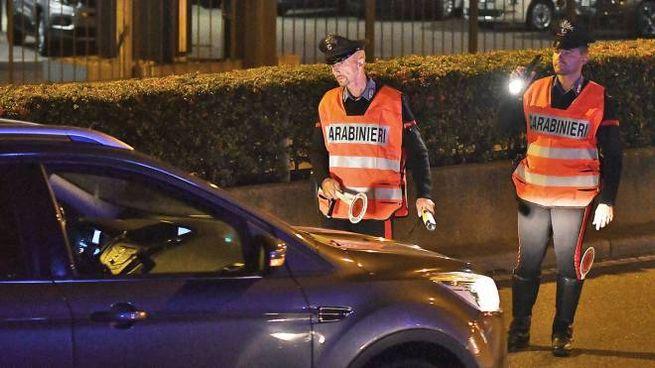I carabinieri hanno inseguito e bloccato l'ubriaco che li aveva tamponati